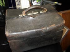 ANTIQUE BLACK LEATHER GLADSTONE STYLE MEDICAL BAG TAFFETA LINING TOP HANDLE